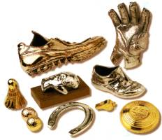 vergoldete Babyschuhe sowie versilberte Gegenstände zur Erinnerung